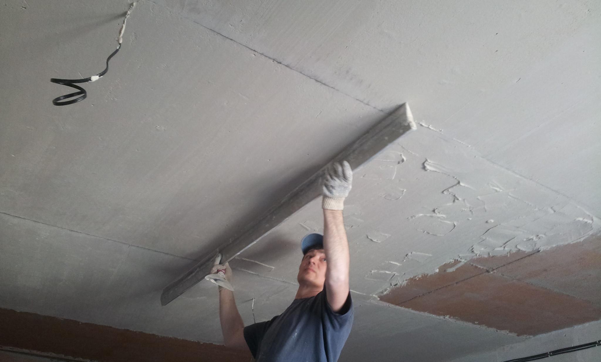 Шпаклевать бетонный потолок своими руками