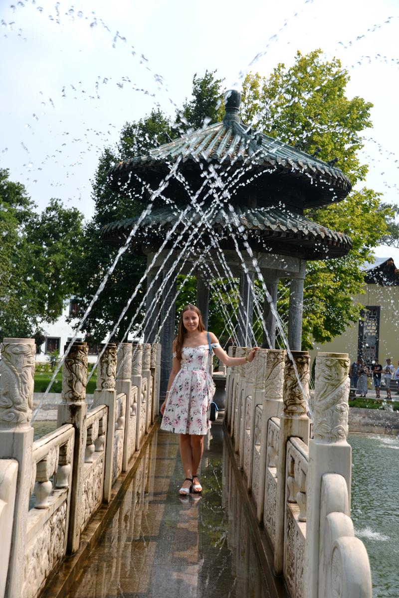 8. Оля плещется в струях фонтана.